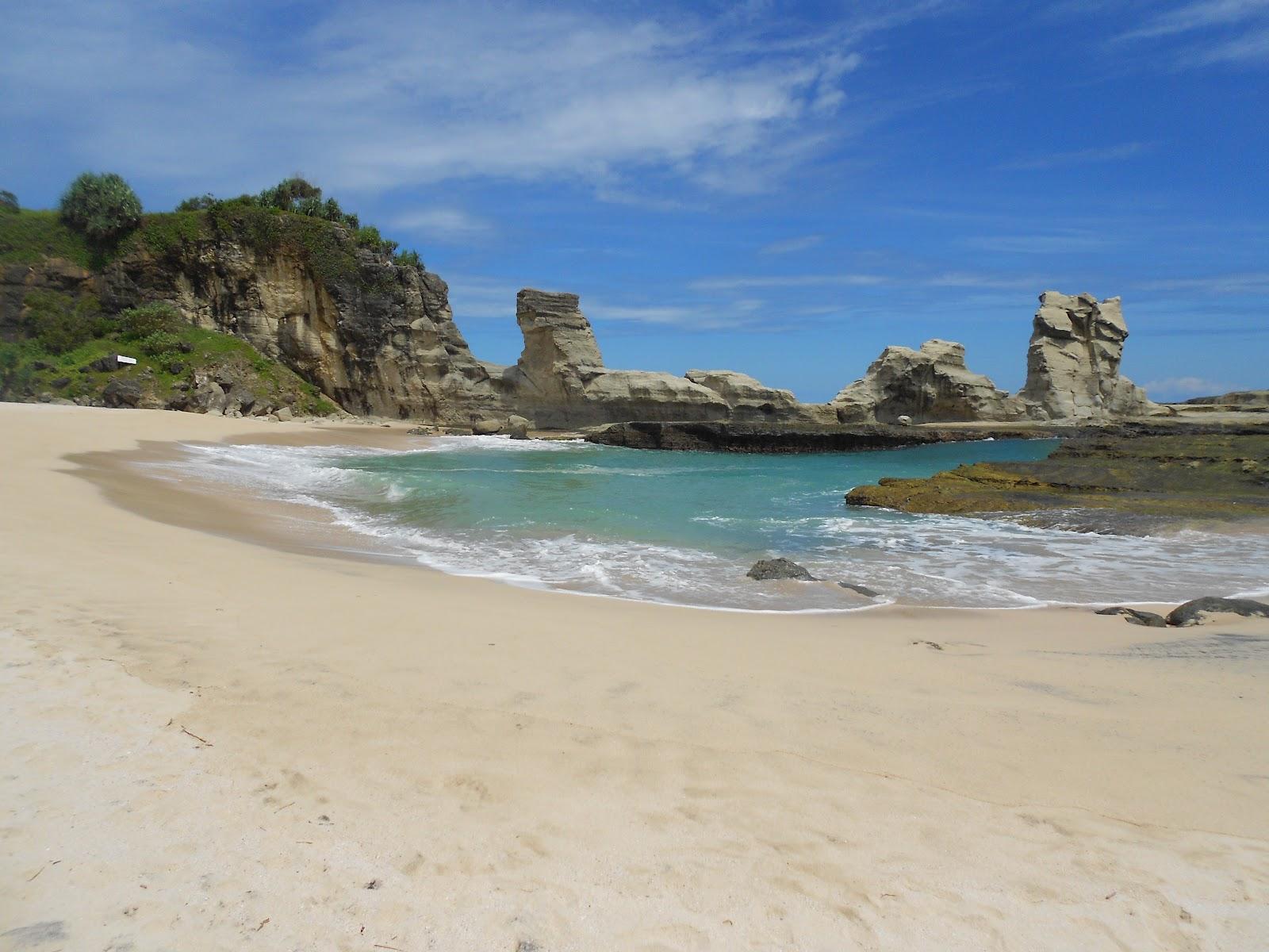Pantai-Klayar-pasir-putih-pantai-pacitan