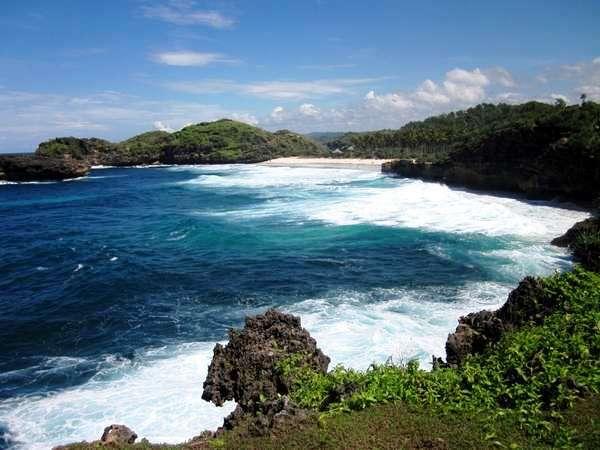 Pantai-Srau-dari-tebing-pantai-pacitan