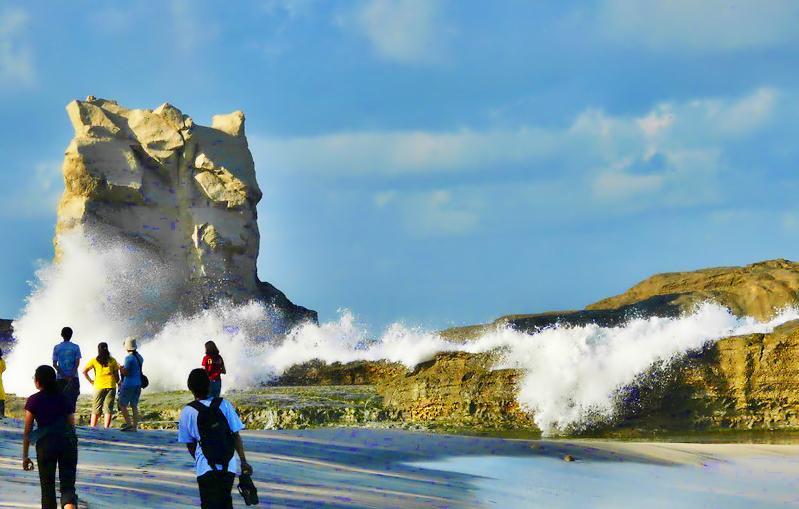 Pantai-klayar-ombak-karang-pacitan