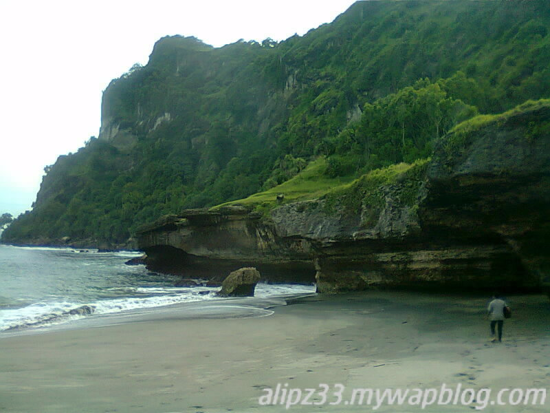 Tebing kanan pantai tawang katipugal pacitan