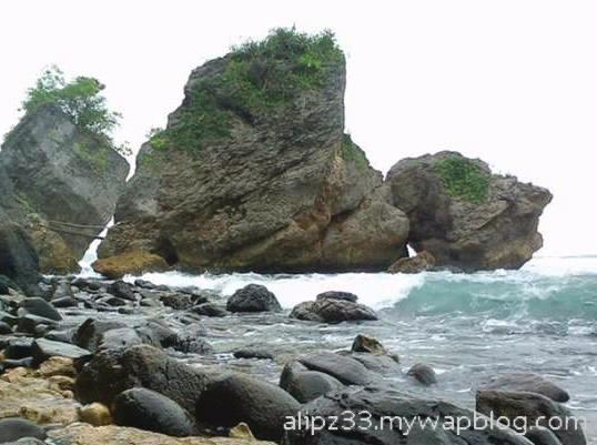 Batu besar pantai pidakan jetak tulakan pacitan