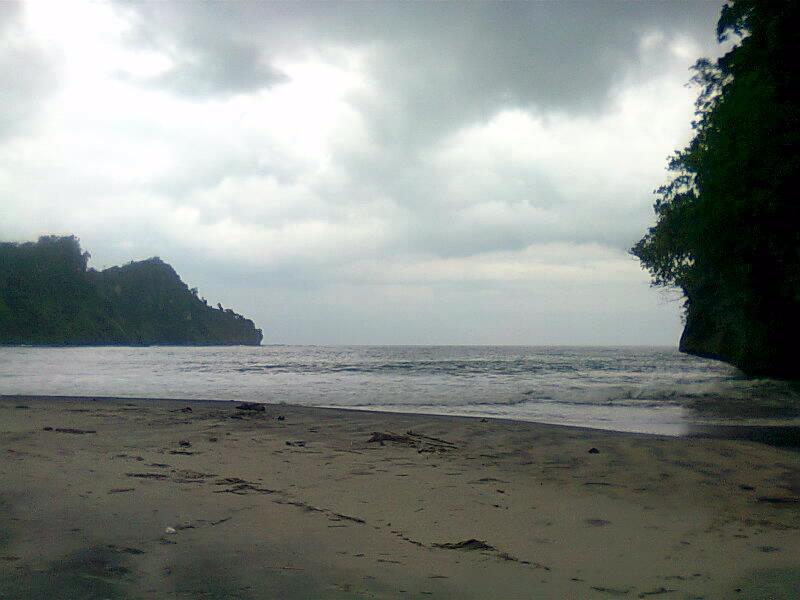 Pantai srengit kiri-kanan tebing pantai pacitan
