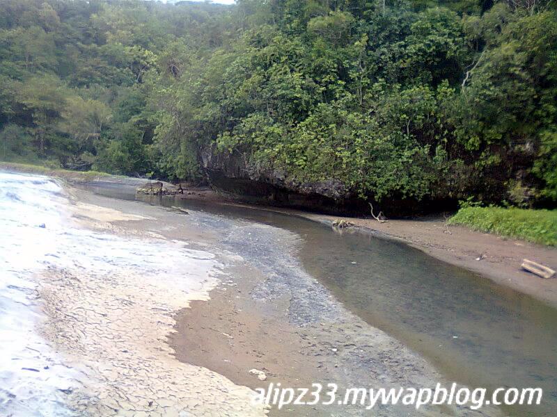Pantai srengit sungai membelah pasir pantai pacitan