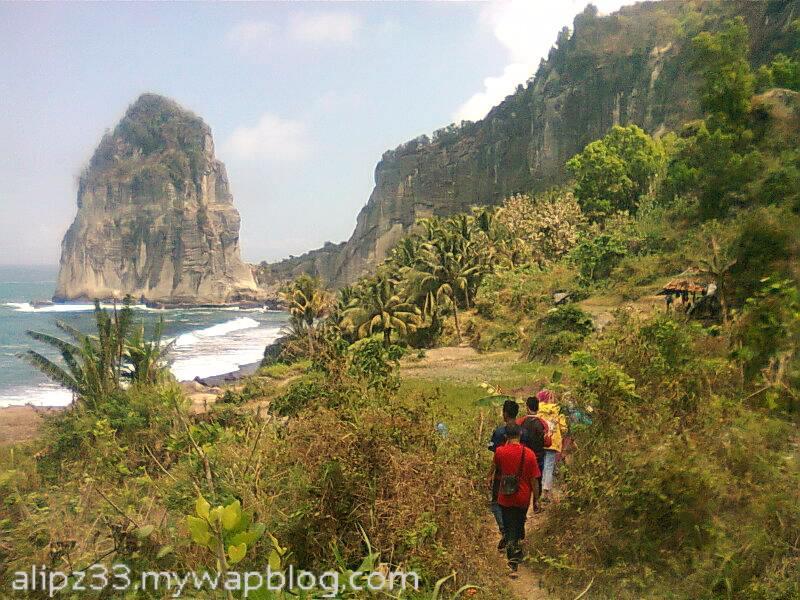 Jalan setapak turun - Pantai wisata Pangasan Kalipelus Pacitan