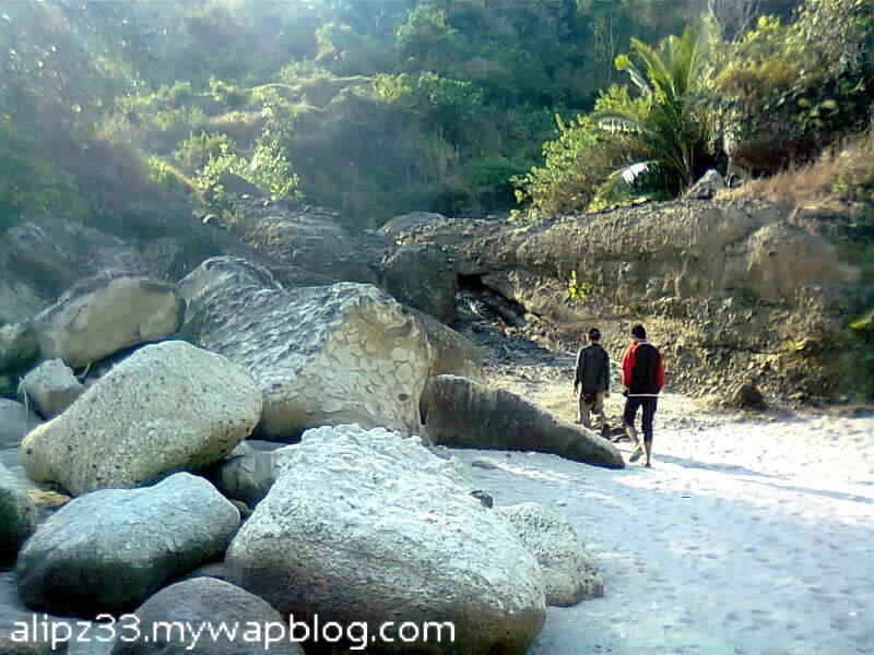pantai pangasan kalipelus kebonagung pacitan sungai pembatas
