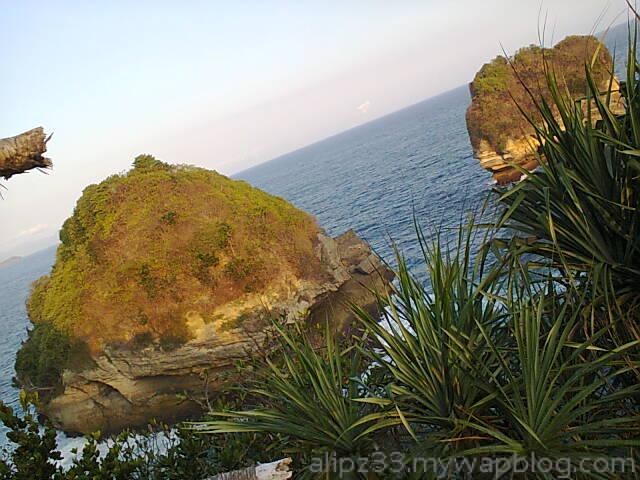 pantai song banjar pulau-watukurung- worawari pacitan.jpg