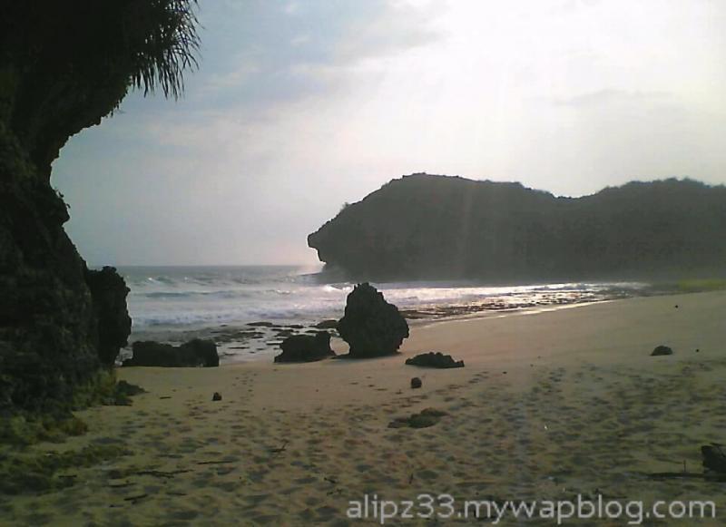 tebing barat dari tengah pantai denombo jlubang pringkuku wisata pacitan